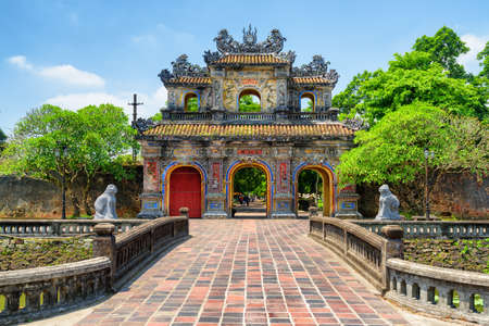 Foto de Scenic view of the East Gate (Hien Nhon Gate) to the Citadel with the Imperial City on summer sunny day in Hue, Vietnam. The colorful gate is a popular tourist attraction of Hue. - Imagen libre de derechos