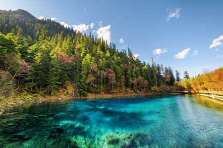 Photo pour Amazing view of the Five Coloured Pool (the Colorful Pond) with azure crystal clear water among autumn forest and wooded mountains in Jiuzhaigou nature reserve (Jiuzhai Valley National Park), China. - image libre de droit