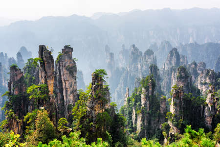 Photo pour Amazing view of natural quartz sandstone pillars of the Tianzi Mountains (Avatar Mountains) in the Zhangjiajie National Forest Park, Hunan Province, China. Beautiful summer landscape with rock columns - image libre de droit