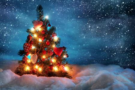 Photo pour Christmas tree with lights in winter - image libre de droit