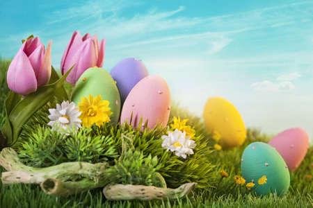 Foto de Easter eggs  on green grass - Imagen libre de derechos