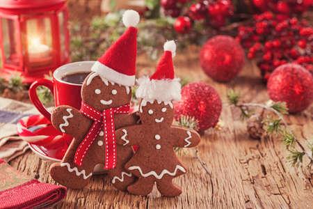 Photo pour Christmas gingerbread men and hot drink - image libre de droit