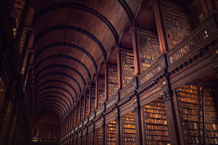 Foto de DUBLIN, IRELAND -  JULY 14, 2018: The Long Room in the Trinity College Library on July 14, 2018 in Dublin, Ireland. - Imagen libre de derechos