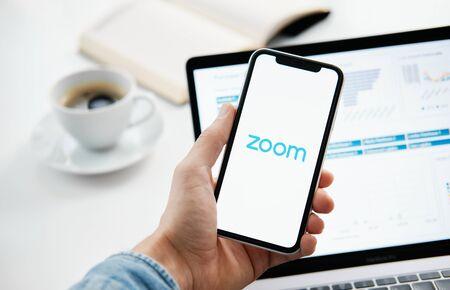 Foto de Tyumen, Russia - March 25, 2020: ZOOM Cloud Meetings. Video conferencing software. Video calling and communications - Imagen libre de derechos