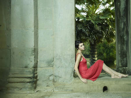 Photo sexy young brunette beauty in an ancient architecture