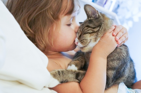 Photo pour baby girl and the kitty - image libre de droit