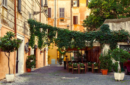 Photo pour Old street in Trastevere in Rome, Italy - image libre de droit