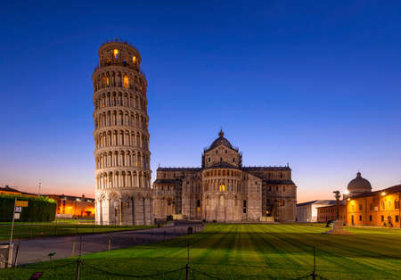 Photo pour Night view of Pisa Cathedral (Duomo di Pisa) with the Leaning Tower of Pisa (Torre di Pisa) on Piazza dei Miracoli in Pisa, Tuscany, Italy - image libre de droit