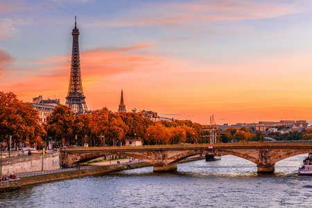 Foto de Sunset view of Eiffel tower and Seine river in Paris, France. Autumn Paris - Imagen libre de derechos