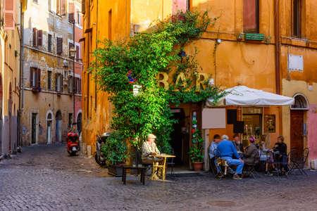 Foto de Cozy old street in Trastevere in Rome, Italy - Imagen libre de derechos