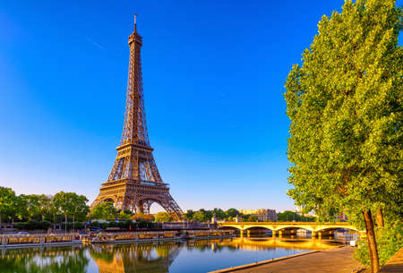 Photo pour View of Eiffel Tower and river Seine at sunrise in Paris, France. Eiffel Tower is one of the most iconic landmarks of Paris - image libre de droit