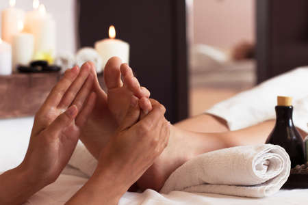 Photo pour Massage of human foot in spa salon - Soft focus image - image libre de droit