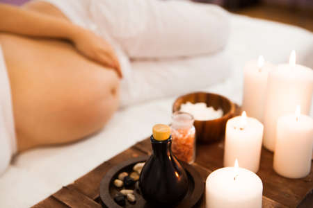 Foto de Young pregnant woman relaxing at Spa salon, Spa treatment. Ð¡oncept of beauty and health - Imagen libre de derechos