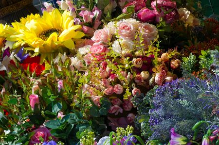 Flohmarkt. Blumen aus Stoff in Frankreich. Im dreizehnten Jahrhundert ist es in Frankreich Ìblich, dass Frauen RosenkrÀnze tragen. Diese KrÀnze wurden Shapelle genannt
