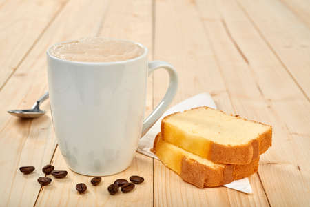 Photo pour Coffee cup with pound cake on wooden table - image libre de droit