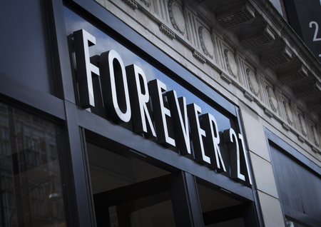 Photo pour London, Greater London, United Kingdom, 7th February 2018, A sign and logo for forever 21 store - image libre de droit