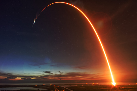 Photo pour Missile launch at night. - image libre de droit