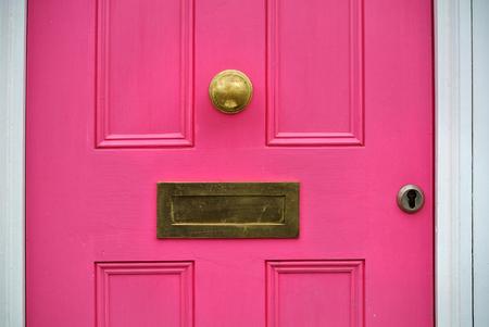 Foto de detail of pink door with letterbox, - Imagen libre de derechos