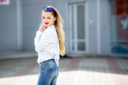 Photo pour Summer, fashion and people concept - bright stylish portrait pretty woman in sunglasses against colorful wall in the city, street fashion. - image libre de droit
