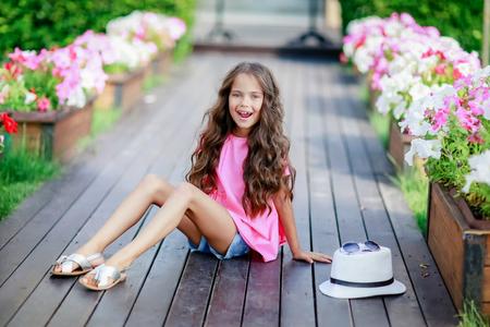 Foto de A Young happy girl at the park on a summer day. - Imagen libre de derechos