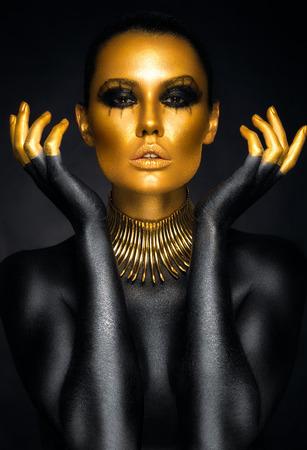 Foto de Beautiful woman portrait in gold and black colors - Imagen libre de derechos