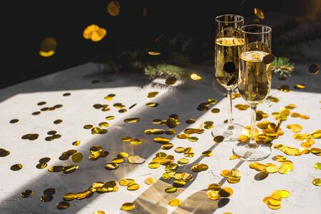 Foto de Two glasses of champagne in golden confetti. - Imagen libre de derechos