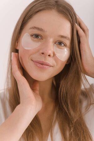 Foto de Portrait of a young woman with with a eyepatch on her face. - Imagen libre de derechos