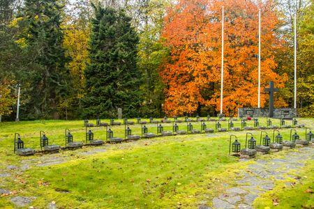 Photo pour Loviisa, Finland - 8 October 2019: Row of lanterns on the graves of war heroes on the cemetery of Ruotsinpyhtaa - image libre de droit