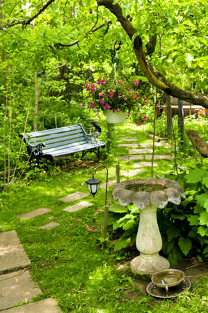 Foto de Path of stepping stones leading into lush green garden - Imagen libre de derechos