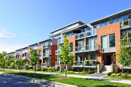 Foto de Modern town houses of brick and glass on urban street - Imagen libre de derechos