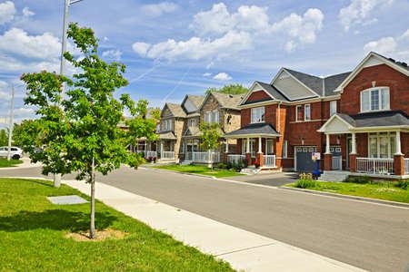 Foto de Suburban residential street with red brick houses - Imagen libre de derechos