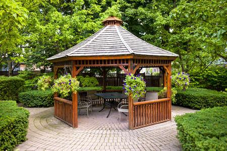 Photo pour Gazebo in landscaped garden with interlocking stone patio - image libre de droit