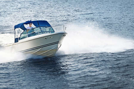 Photo pour Man piloting motorboat on lake in Georgian Bay, Ontario, Canada. - image libre de droit