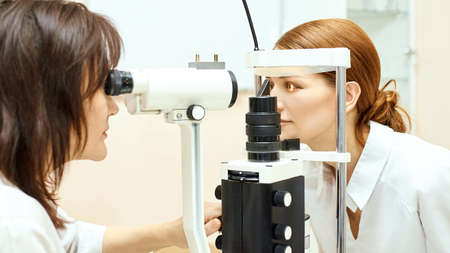 Photo pour Eye ophthalmologist exam. Eyesight recovery. Astigmatism check concept. Ophthalmology diagmostic device. Beauty girl portrait in clinic. - image libre de droit