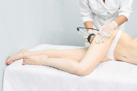 Photo pour Cavitation rf body treatment. Female ultra sound lipo machine. Spa contouring. Doctor hands. - image libre de droit