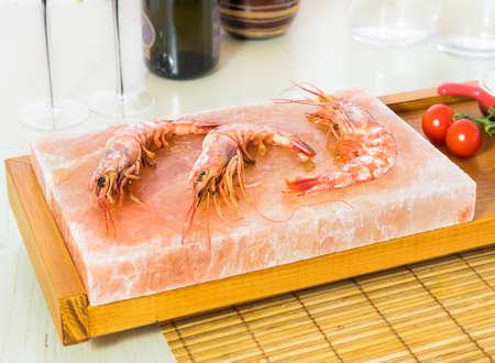 Photo pour Shrimp on the Himalayan salt block - image libre de droit
