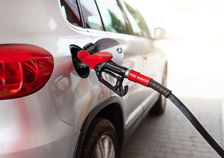 Photo pour silver car refuelling at the gas station, the concept of fuel energy - image libre de droit