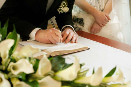 Foto de groom  write on registration of marriage - Imagen libre de derechos