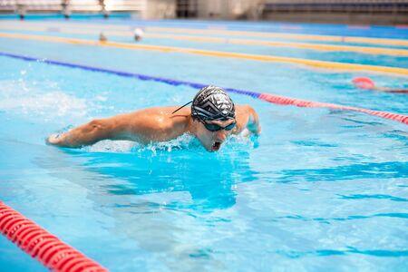 Photo pour Triathlon fitness athlete training swimming in the swimming pool. - image libre de droit