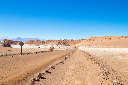 Photo pour Chilean landscape, dirt road on Valley of the Moon. Chile panorama - image libre de droit