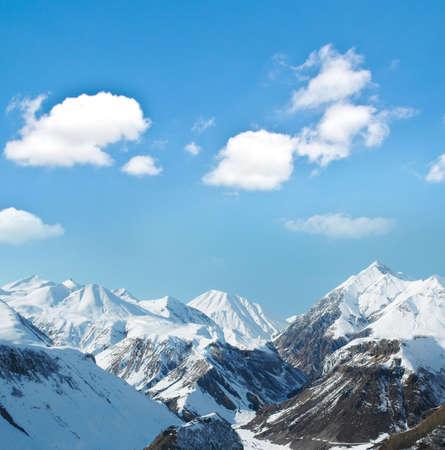Photo pour High mountains under snow in the winter - image libre de droit