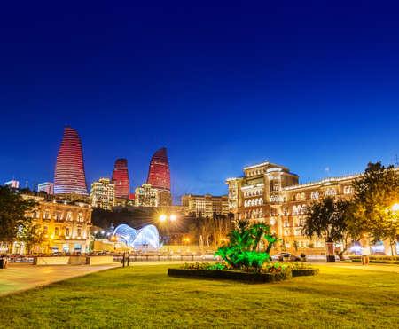 Foto de Azneft square during evening hours in Baku Azerbaijan - Imagen libre de derechos