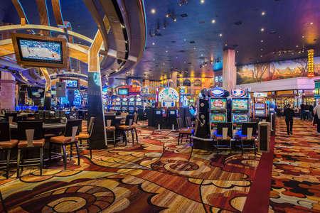 Foto de Las Vegas - DECEMBER 12, 2013: Famous Las Vegas Casinos on December 12 in Las Vegas, USA. Las Vegas is gambling capital. - Imagen libre de derechos