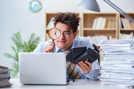 Photo pour Mad auditor looking for errors in the report - image libre de droit