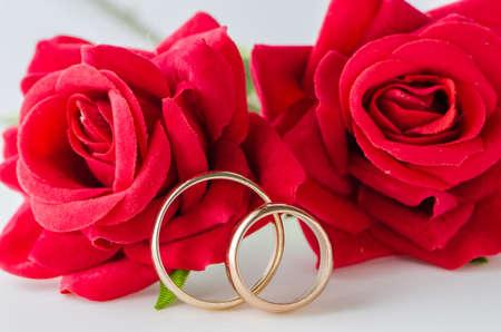 Photo pour Wedding concept with rings and roses - image libre de droit