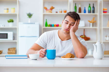 Photo pour Man falling asleep during his breakfast after overtime work - image libre de droit