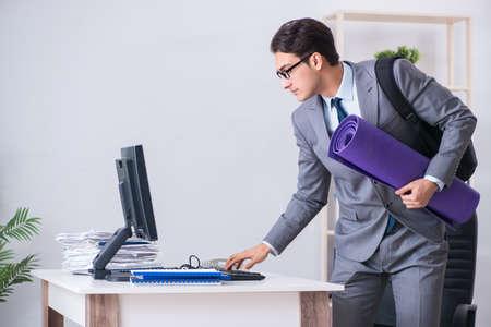 Foto de Young businessman rushing to sports gym during break - Imagen libre de derechos