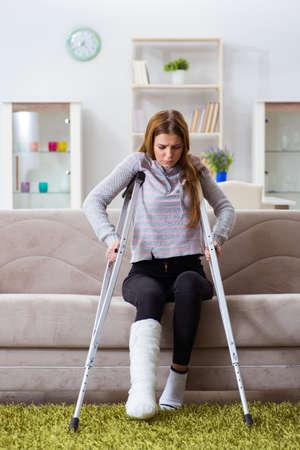 Photo pour Young woman with broken leg at home - image libre de droit