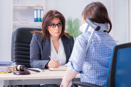 Photo pour Injured employee visiting lawyer for advice on insurance - image libre de droit