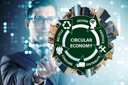 Photo pour Concept of circular economy with businessman - image libre de droit